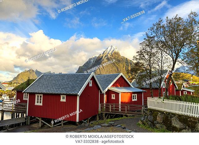 Iconic Rorbu with Mount Olstind (Olstinden) in the background, Reine, Moskenes, Nordland, Lofoten Islands, Norway