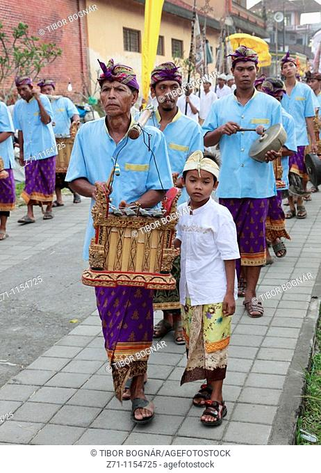 Indonesia, Bali, Mas, temple festival, procession of people, gamelan musicians