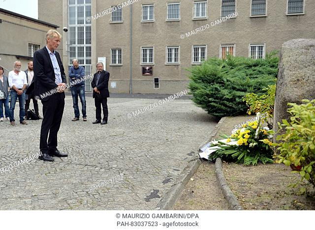 Hubertus Knabe (l), director of the Stasi prison memorial site Berlin-Hohenschoenhausen, commemorates the victims of Stalinism and Nazism with a wreath laying...