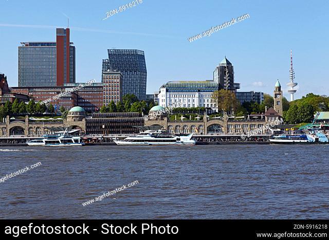 Die Hamburger Skyline mit den St. Pauli Landungsbrücken vom gegenüberliegenden Ufer der Elbe