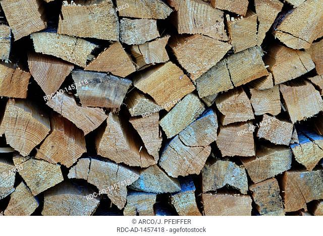 aufgestapeltes Brennholz, Holzscheit, Holzscheite, Lagerung