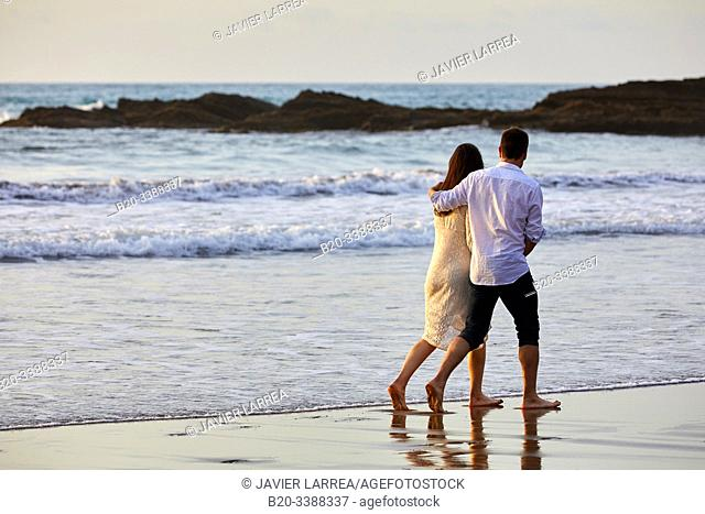 Couple walking on the beach, Itzurun Beach, Zumaia, Gipuzkoa, Basque Country, Spain, Europe