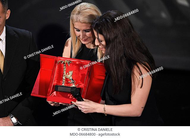 Città di Sanremo Prize to career at Pino Daniele, the daughters Cristina and Sara received the awardduring the second evening of the 69th Sanremo Music Festival
