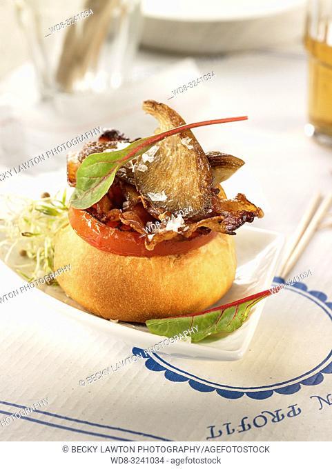 montadito de bacon con girgolas y tomate