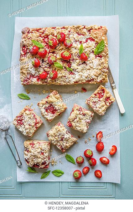 Sponge cake with fresh strawberries and crumble topping