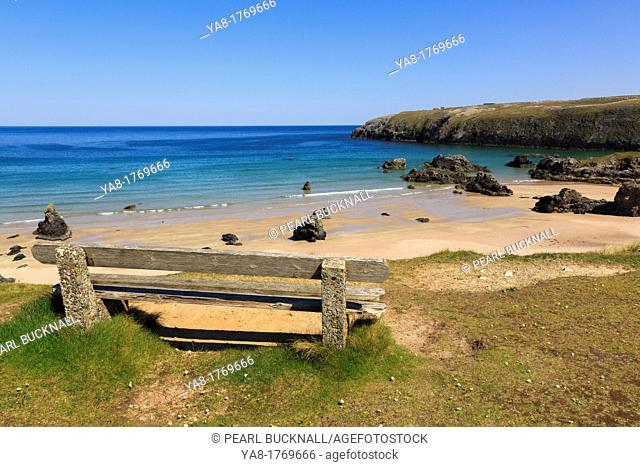 Sango Bay, Durness, Sutherland, Highland, Scotland, UK, Britain, Europe  Empty bench overlooking the beach of golden sands and turquoise sea on scenic Scottish...