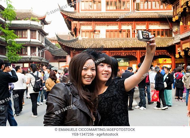 Tourists taking their own photograph at Yu Yuan Garden, Huangpu District, Shanghai, China, Asia  MR