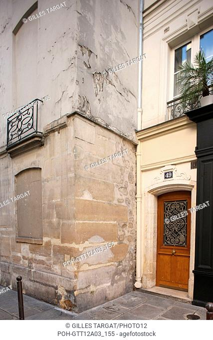 France, ile de france, paris, 4e arrondissement, marais, rue des blancs manteaux, pres de la rue des archives, porte empechant un magasin triangulaire