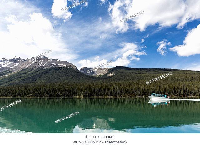 Canada, Alberta, Jasper National Park, Maligne Mountain, Tourboat on Maligne Lake