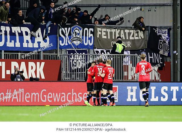 14 December 2018, Schleswig-Holstein, Kiel: Soccer: 2nd Bundesliga, Holstein Kiel - Arminia Bielefeld, 17th matchday. The Bielefeld players celebrate the 2:1...