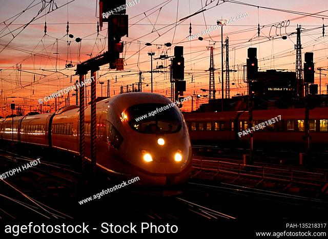 Overhead lines and track systems at Frankfurt Main Station (archive image). Frankfurt, August 31, 2020 | usage worldwide