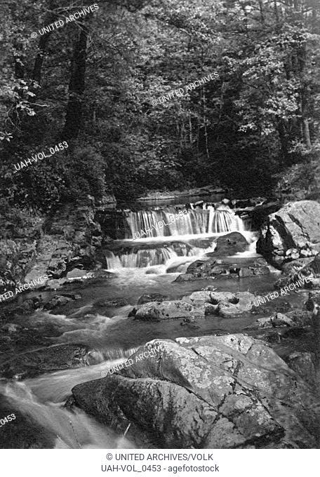 Wasserfall im Flusslauf der Kleinen Kyll in der Vulkaneifel, Deutschland 1920er Jahre. Waterfall at river Kleine Kyll in the Eifel region, Germany 1920s