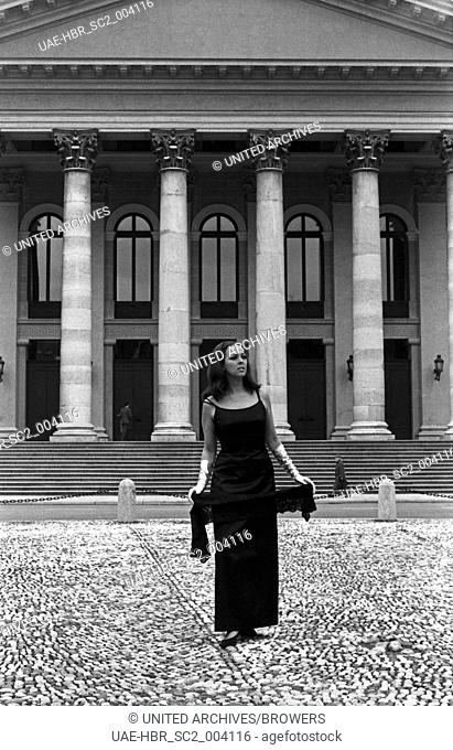 Die deutsche Sängerin Friedel Frank auf dem Max Joseph Platz in München, Deutschland 1960er Jahre. German singer Friedel Frank posing at Max Joseph square in...