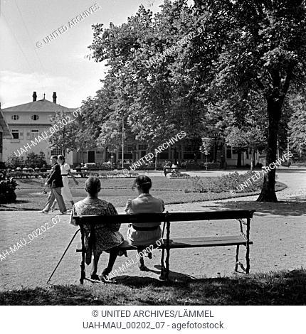 Zwei Frauen auf einer Bank im Kurpark von Herrenalb im Schwarzwald, Deutschland 1930er Jahre. Two women on a bench at a park at Herrenalb in Black Forest