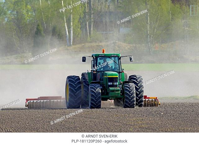 Tractor pulling cultipacker / Cambridge roller / ridged roller, agricultural equipment forming a smooth, firm seedbed