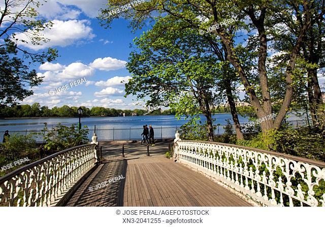 Bridge, Jacqueline Kennedy Onassis Reservoir, JKO or Central Park Reservoir, lake, Central Park, Manhattan, New York City, New York, USA