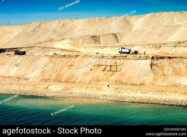 Ausführung restlicher Bauarbeiten am im August 2015 neu eröffneten Erweiterungskanal des Suezkanals