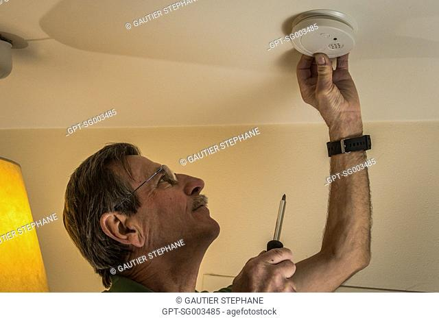 INSTALLATION OF A SMOKE DETECTOR, PREVENTION, FIRE SAFETY IN AN APARTMENT
