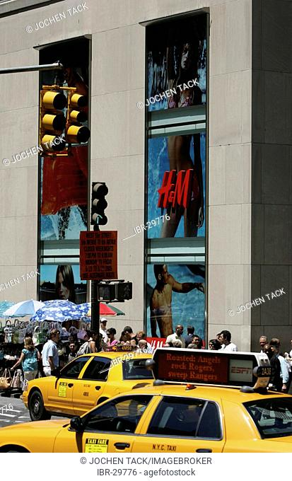 USA, United States of America, New York City: Midtown Manhattan, 5th Avenue. H&M shop