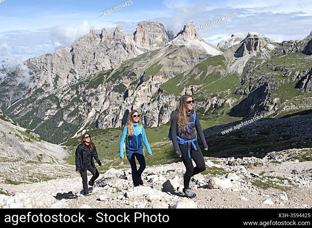 trois randonneuses avec la valle de la Rienza en arriere-plan, Parc naturel des Tre Cime (Drei Zinnen), Dobbiaco, Region du Trentin-Haut-Adige, Tyrol du Sud
