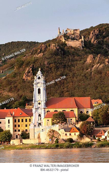 View over the Danube to Dürnstein with collegiate church and castle ruin, Wachau, UNESCO World Cultural Heritage Site, Austria