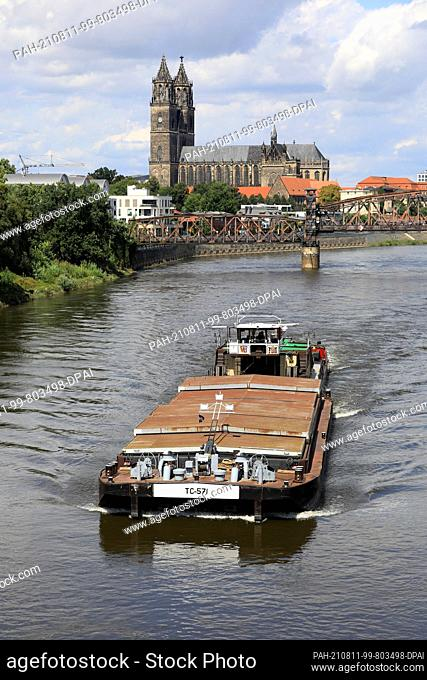 10 August 2021, Saxony-Anhalt, Magdeburg: A push boat sails upstream on the city stretch of the Elbe towards the Czech Republic