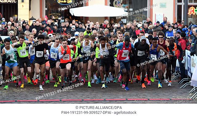 31 December 2019, Rhineland-Palatinate, Trier: International New Year's Eve run in Trier, endurance race, men, start of the race of the Asse over 8 km: The race...