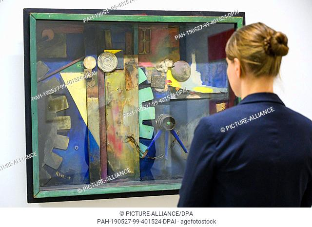 """27 May 2019, Lower Saxony, Hanover: A woman at the Sprengel Museum looks at the collage """"""""Merzbild 29A Bild mit Drehrad"""""""" (1920 and 1940) by Kurt Schwitters"""