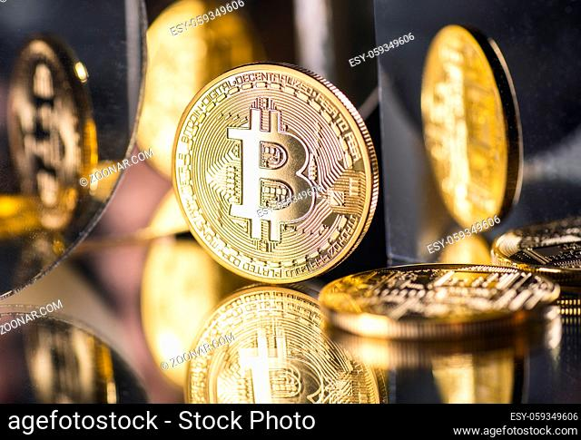 Münze der Kryptowährung Bitcoin mit mehreren Spiegelungen