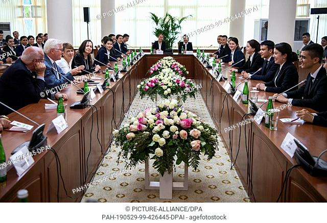 29 May 2019, Uzbekistan, Urgantsch: Federal President Frank-Walter Steinmeier (2nd from left) and his wife Elke Büdenbender (3rd from left) talk to students of...