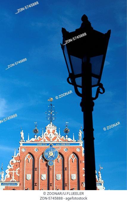 Die Petrikirche und das Schwarzhaeupterhaus in der Altstadt von Riga der Hauptststadt von Lettland im Baltikum in Osteuropa