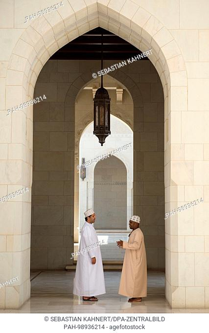 Two Omanis inside the Sultan Qaboos Grand Mosque in Muscat, Oman, on 01.10.2017. | usage worldwide. - Maskat/Maskat/Oman