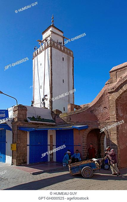 THE PORTERS OF THE JEDID SOUK IN FRONT OF THE AHMED MOSQUE RIGHT IN THE CENTRE OF THE MEDINA, ESSAOUIRA, MOGADOR, ATLANTIC OCEAN, MOROCCO, AFRICA