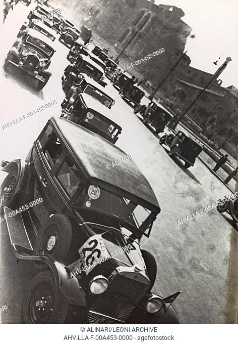 Gathering automotive Impero street in Rome, shot 1930-40 by Leoni, Luigi