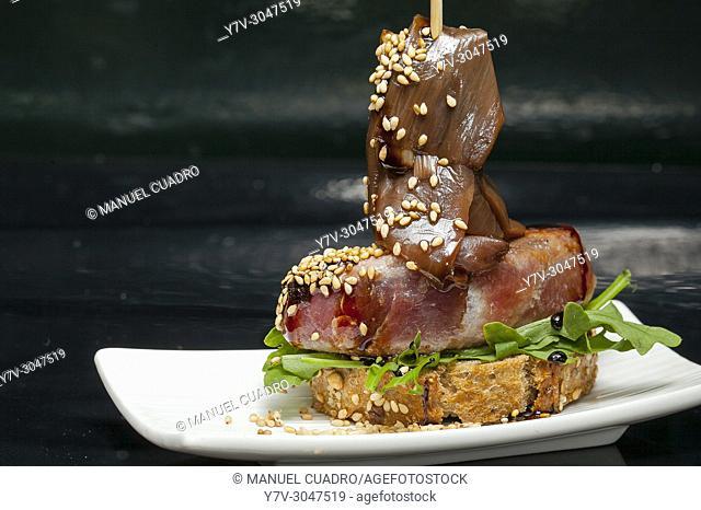 Pintxo de Atún rojo con cebolleta de Tudela / Pintxo of Bluefin Tuna with Tudela onion. El Globo de Bilbao, Vizcaya, Basque Country, Spain