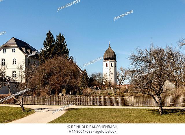 Der freistehende Glockenturm des Klosters Frauenwörth, dominiert den Rundweg um die Insel, er ist von überall her sichtbar
