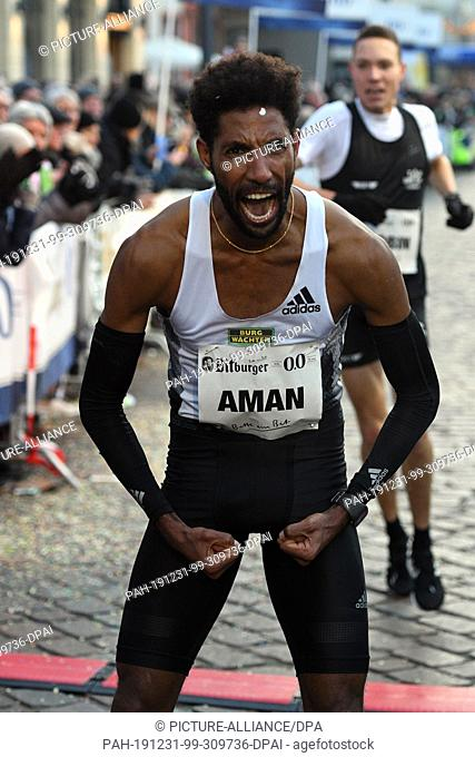 31 December 2019, Rhineland-Palatinate, Trier: International New Year's Eve run in Trier, endurance race, men, run of the aces over 8 km: The runner-up Amanal...