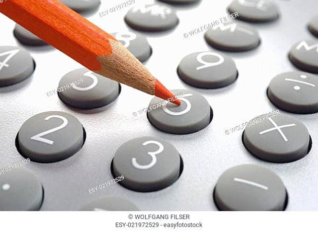 Taschenrechner mit Rotstift als Symbol für Einsparungen