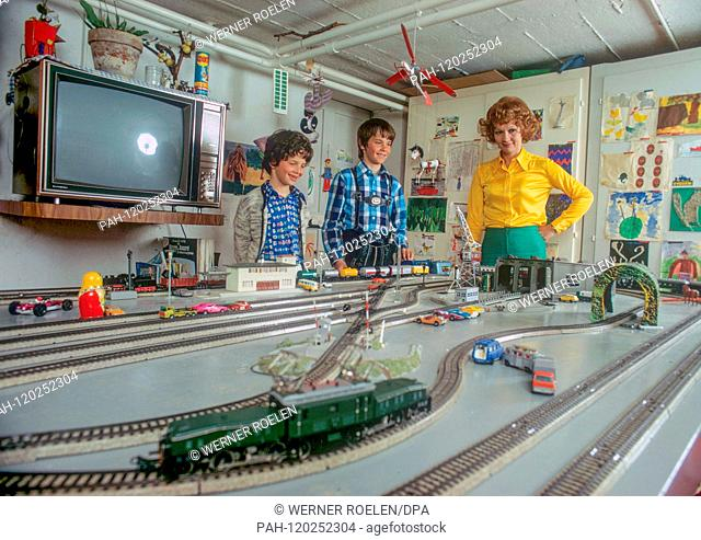 In the 1970s, Liselotte Pulver playes with her son Marc-Tell (M) and daughter Melisande (L) with an electric train in her house near Lausanne