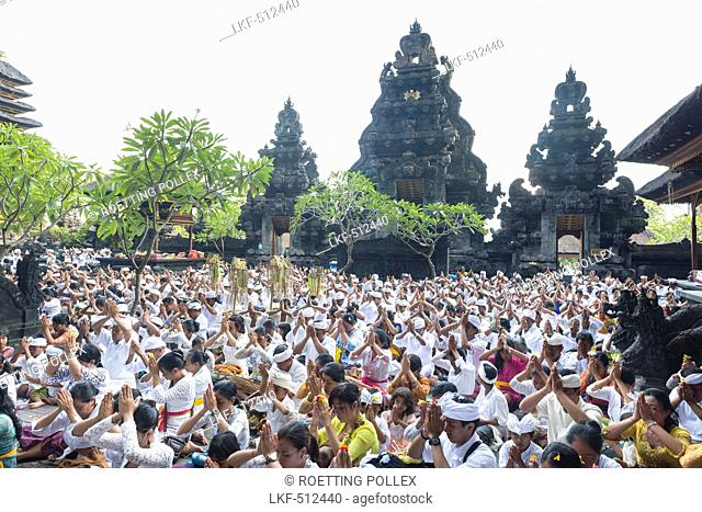 Balinese people praying, Odalan, Pura Goa Lawah, Padangbai, Bali, Indonesia