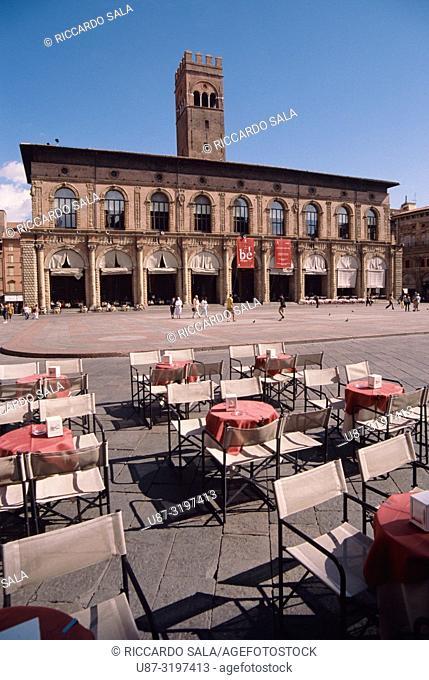 Italy, Emilia Romagna, Bologna, Piazza Maggiore Square, Cafe Tables background Palazzo Del Podesta