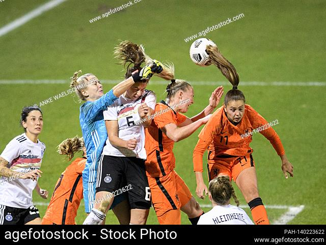 left to right Sara DOORSOUN (GER), goalhueterin / goalwart Merle FROHMS (GER), Lena Sophie OBERDORF (GER), Stefanie VAN DER GRAGT (NED), Katja SNOEIJS (NED)