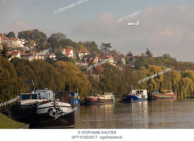 HOUSEBOATS MOORED AT THE QUAY DE L'ORGE, BANKS OF THE SEINE IN ATHIS-MONS, ESSONNE (91), FRANCE