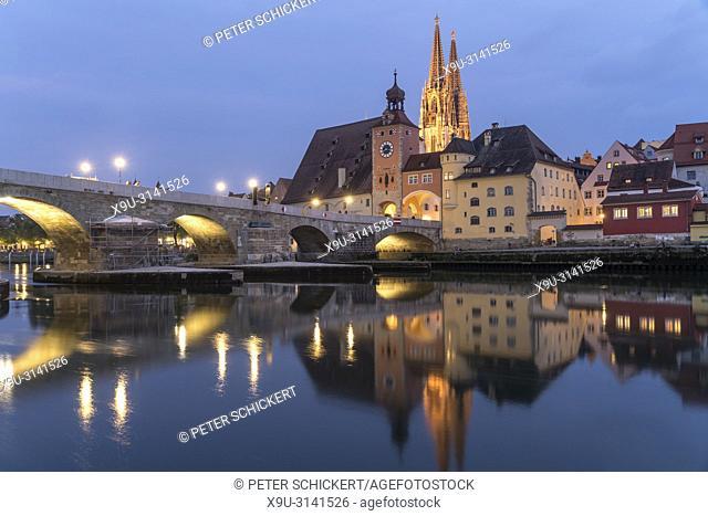 Stadtansicht mit Donau, Altstadt, Steinerne Brücke und Dom St. Peter in der Abenddämmerung, Regensburg, Bayern, Deutschland