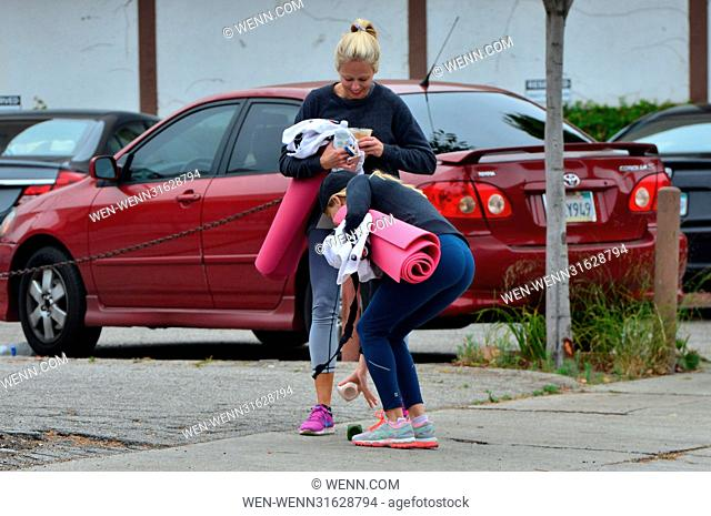 Reese Witherspoon heads to her yoga class make-up free Featuring: Reese Witherspoon Where: Santa Monica, California, United States When: 31 May 2017 Credit:...