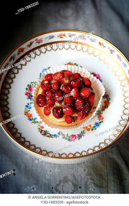 Neapolitan cake with cream and strawberries called 'crostatina'