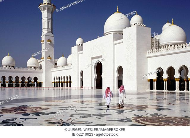 Two people in the courtyard of the Sheikh Zayed Mosque in Abu Dhabi, United Arab Emirates, Middle East, Asia