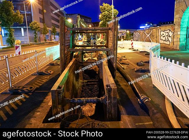 28 May 2020, Saxony, Leipzig: A construction site near the main station. Metal parts were found there in a depth of four meters