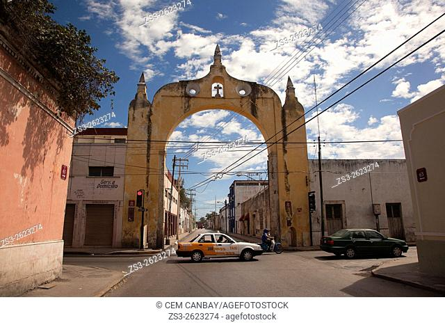 Cars in front of the Arco del Puente Arc in town center, Merida, Yucatan Province, Mexico, Central America