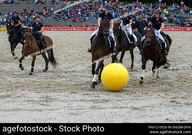 """26 September 2021, Baden-Wuerttemberg, Gomadingen: Riders play """"""""hoofball"""""""" at the stallion parade at the Main and County Stud"""